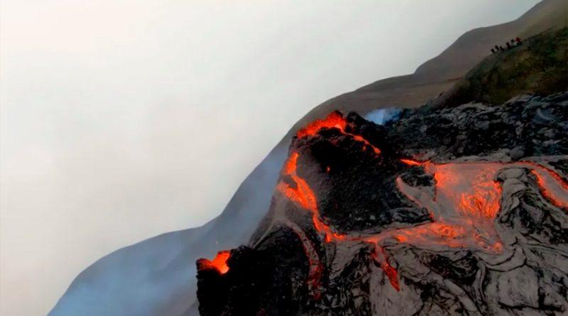Así de impresionante se ve la erupción de un volcán islandés desde un dron