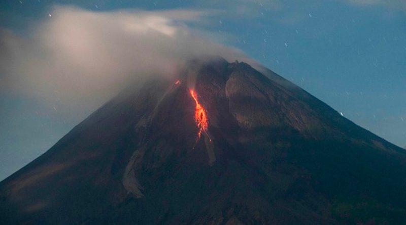 Volcán en Indonesia hace erupción