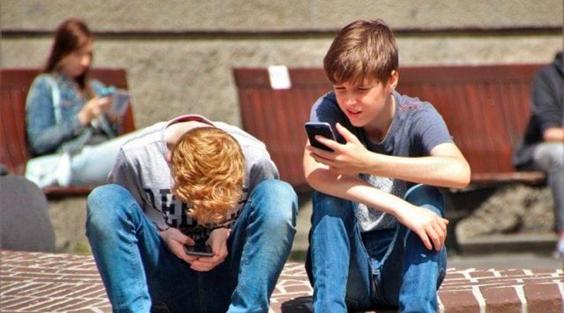 Piden a Facebook, Twitter y Google estudios sobre su impacto en salud mental de niños