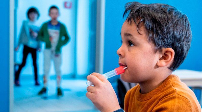 ¿Fácil como comer un dulce? Austria prueba test de covid-19 para niños, en forma de paleta
