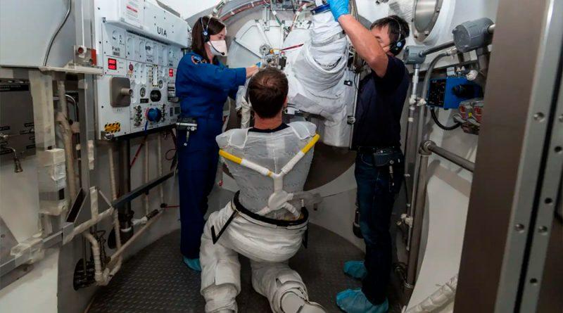 Telas con derivados de microbios: la idea de la ESA para su higienizar sus trajes espaciales