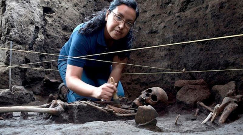 Arqueólogos mexicanos hallan 17 entierros prehispánicos en zona de Xochimilco