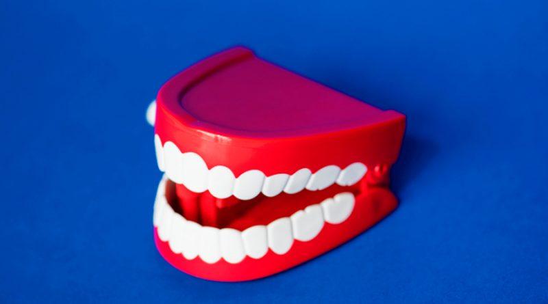 Crean un caramelo que blanquea los dientes y regenera su esmalte