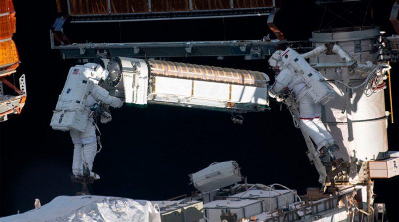 Caminata espacial: astronautas cambian paneles solares de la EEI