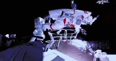 Astronautas realizan caminata fuera de la estación espacial china