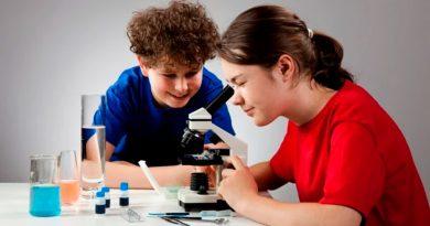 Investigadores construyen microscopio con LEGO y smartphones para niños