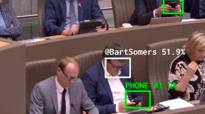 """IA reprende a los diputados que miran el móvil: """"Querido distraído, céntrese"""""""