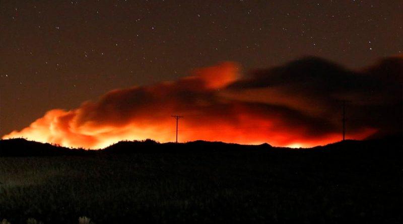 """Infernal """"dragón de nubes"""" se forma sobre los incendios que arrasan el oeste de EU"""