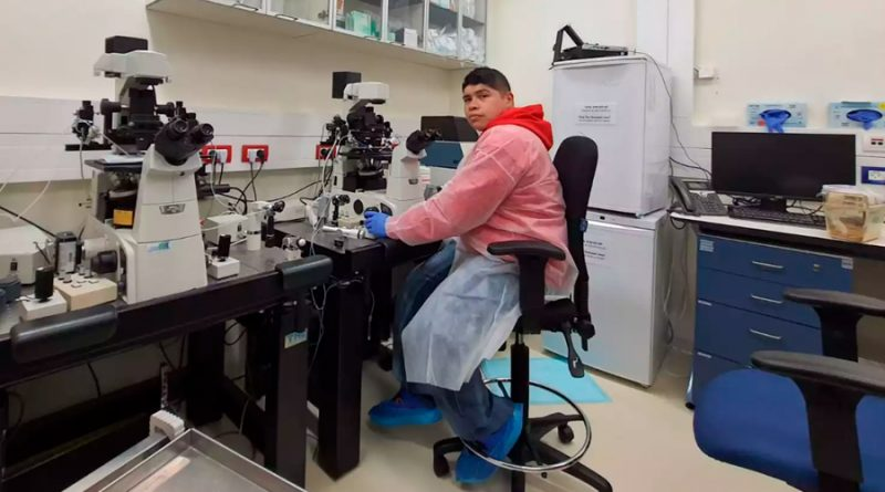 Él es científico mexicano que desarrolló un embrión de ratón en un útero artificial