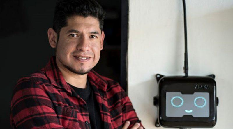 Joven innovador mexicano busca dotar con paneles solares electricidad e internet a zonas rurales y pobres