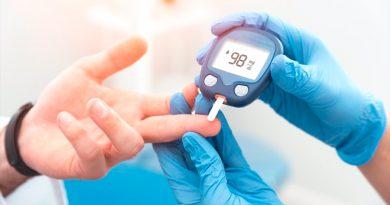 """Las personas con diabetes tipo 2 diagnosticadas durante la juventud tienen un alto riesgo de desarrollar complicaciones a edades tempranas y tienen una mayor probabilidad de sufrir múltiples complicaciones en los 15 años siguientes al diagnóstico. Los resultados son la culminación de un ensayo, el primero de su tipo, financiado en gran medida por el Instituto Nacional de Diabetes y Enfermedades Digestivas y Renales (NIDDK), que forma parte de los Institutos Nacionales de Salud de Estados Unidos, y publicado en la revista 'New England Journal of Medicine'. A los 15 años del diagnóstico de diabetes tipo 2, el 60% de los participantes tuvo al menos una complicación relacionada con la diabetes, y casi un tercio de los participantes tuvo dos o más complicaciones, según los resultados del estudio de seguimiento Opciones de tratamiento para la diabetes tipo 2 en adolescentes y jóvenes (TODAY), denominado TODAY2. """"El estudio original TODAY demostró que la diabetes de tipo 2 de inicio en la juventud es distinta de la diabetes de inicio en la edad adulta: es más agresiva y más difícil de controlar --explica la doctora Barbara Linder, científica del proyecto NIDDK para TODAY--. Al seguir el curso de esta enfermedad única, TODAY2 muestra las complicaciones devastadoras que pueden desarrollarse en lo que debería ser la flor de la vida de estos jóvenes"""". TODAY2 contó con 500 participantes originales del estudio TODAY, que comenzó en 2004 y fue el primer gran ensayo comparativo de eficacia para el tratamiento de la diabetes de tipo 2 en los jóvenes. El estudio comparó tres tratamientos para controlar la glucemia: metformina sola, metformina más rosiglitazona y metformina más una intervención intensiva sobre el estilo de vida. La metformina es el único medicamento oral aprobado por la Administración de Alimentos y Medicamentos de Estados Unidos para tratar la diabetes de tipo 2 en los jóvenes. En el momento de la inscripción, los participantes tenían entre 10 y 17 años, habían sido"""