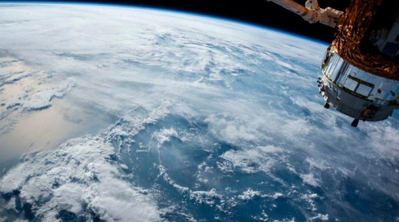 Cosmonautas muestran el interior del módulo científico ruso tras su acoplamiento a la EEI