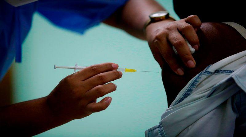 Estudio ratifica que infecciones de coronavirus son 50% menos contagiosas en vacunados