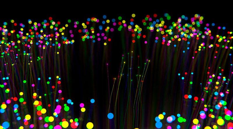 """Físicos chilenos crean """"átomos ópticos"""" para mejorar envío de datos por fibra óptica"""