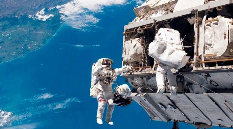 """La agencia espacial estadounidense NASA anunció este miércoles tres nuevas caminatas espaciales a partir del próximo martes en la Estación Espacial Internacional (EEI) para la instalación de paneles solares y otros trabajos en la que participarán dos rusos, un estadounidense y un japonés. El martes, el japonés Akihiko Hoshide y el estadounidense Mark Vande Hei tendrán a cargo la primera jornada, con miras a modernizar el sistema de energía solar con un total de seis paneles solares. Entre tanto, en la parte rusa de este laboratorio de microgravedad se preparan los cosmonautas Oleg Novitskiy y Pyotr Dubrovalistan para las dos siguientes caminatas, en fechas aún por determinar a principios de septiembre próximo. Los siete miembros de la tripulación de la Expedición 65 están preparando las tres caminatas espaciales, mientras tres de ellos brindarán apoyo a los caminantes. En la primera caminata espacial del 24 de agosto, el comandante Hoshide y el ingeniero de vuelo Vande Hei pasarán aproximadamente 6 horas y 50 minutos configurando la estructura del Port-4 (P4) para el futuro trabajo de instalación de los paneles del proyecto """"Roll-Out Solar Array"""". Instalarán un kit de modificación en P4 que preparará el sitio para el tercero de los seis paneles solares. Entre tanto, los ingenieros de vuelo Megan McArthur y Thomas Pesquet revisaron este miércoles sus funciones de apoyo a la caminata espacial, incluido el control del brazo robótico Canadarm2 y la ayuda al dúo a ponerse y quitarse sus trajes espaciales de EE. UU. Por su parte, el ingeniero de vuelo Shane Kimbrough también pasó hoy varias horas ensamblando el kit de modificación de paneles solares que Hoshide y Vande Hei instalarán la próxima semana. La NASA prevé terminar este año o a principios de 2022 la instalación de un total de seis paneles solares, que tienen un costo de 103 millones de dólares. Estos paneles tienen unas dimensiones de 20 por 63 pies (6 por 19 metros) y con ellos en funcionamiento el sistema mejo"""