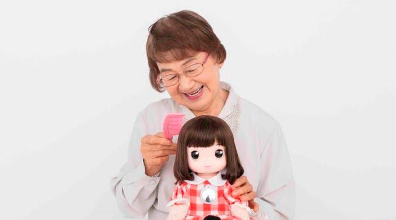 Desarrollan una muñeca con IA para aliviar el aislamiento de la tercera edad