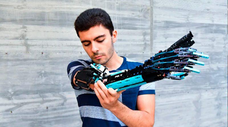 La inspiración del chico de 9 años que construyó una prótesis de Lego en su propio brazo