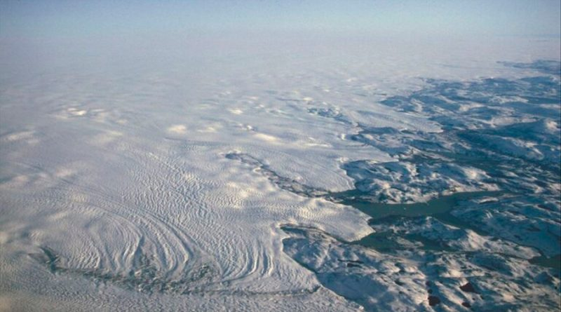 A medida que las capas de hielo y los glaciares se derriten y el agua se redistribuye a los océanos globales, la corteza terrestre se deforma, generando un patrón complejo de movimientos tridimensionales en la superficie de la Tierra. Esa pérdida de hielo, una de las consecuencias del calentamiento global, está provocando que la corteza del planeta se deforme ligeramente, incluso a más de 1.000 kilómetros del lugar donde se produce la pérdida de hielo, según una nueva investigación. El derretimiento del hielo elimina masa de los continentes de la Tierra. Liberada del peso que la recubre, la superficie terrestre, que una vez estuvo cubierta por hielo, se eleva. Esta respuesta vertical se ha estudiado bien, pero el desplazamiento horizontal de la corteza por efecto de la pérdida de masas heladas es menos conocido. Cambios de masa Sophie Coulson, de la Universidad de Harvard en Cambridge, Massachusetts, y sus colegas, recopilaron datos satelitales sobre la pérdida de hielo de Groenlandia, la Antártida, los glaciares de montaña y los casquetes polares, y los combinaron con un modelo de cómo la corteza terrestre responde a los cambios de masa. Descubrieron que, entre 2003 y 2018, el derretimiento del hielo de Groenlandia y de los glaciares árticos, ha provocado que el suelo terrestre se desplazara horizontalmente en gran parte del hemisferio norte. El desplazamiento llega hasta 0,3 milímetros por año en gran parte de Canadá y Estados Unidos. En Europa el rango es de 0,05 a 0,2 mm por año. Es Fenoescandinavia, (península escandinava, península de Kola, Carelia y Finlandia), la pérdida de masa de hielo de los glaciares árticos ha producido movimientos horizontales generalizados con una magnitud de hasta 0,15 mm por año (promedio 2003-2013) en las latitudes altas. Desplazamiento horizontal En algunas áreas, incluso lejos del hielo que se derrite, el movimiento horizontal ha sido incluso mayor que el movimiento vertical, destacan los investigadores en un artículo publicado e