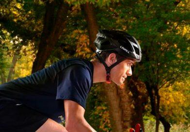 Un casco para ciclistas se ilumina al frenar y avisa a tus contactos en caso de caída