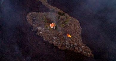 """Bautizan como """"casa milagro"""" a morada que escapó de la lava del volcán en La Palma, España"""