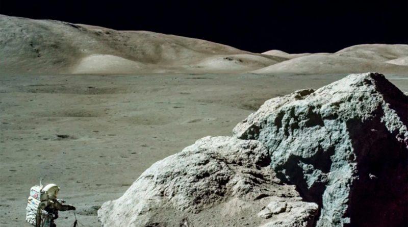 Un hombre se encuentra una roca lunar de la misión Apolo 17 en su casa