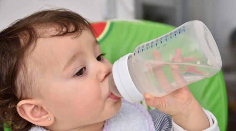 Hallan más partículas de plástico en las heces de los bebés que en adultos