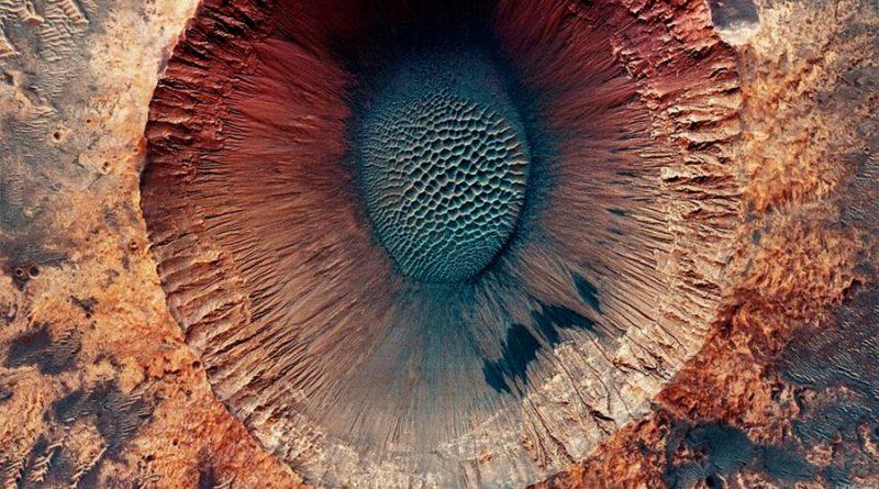 Así se ve el cráter de un impacto de asteroide en Marte: NASA